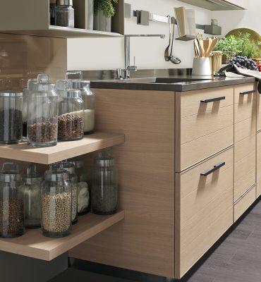 ADELE - riešenie ukončenia kuchyne s dyhovanými poličkami v dubovej dyhe