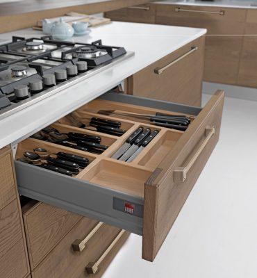 ADELE pohľad do príborovej zásuvky s dreveným rozdeľovníkom na príbory a nože