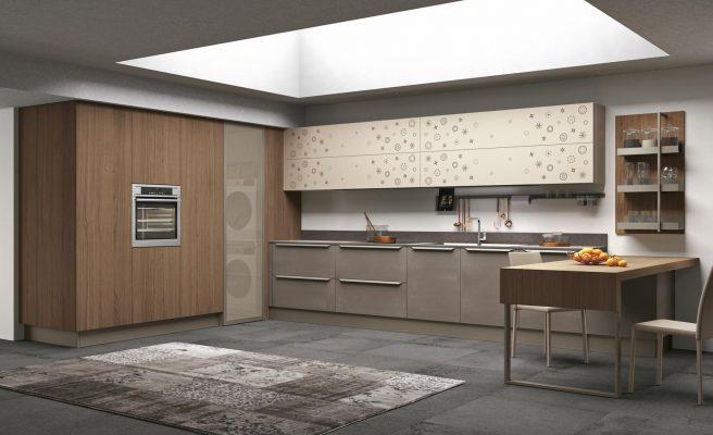 CloverBridge moderná kuchyňa s priestorom pre práčku a sušičku, na horných skrinkách použitý ornament
